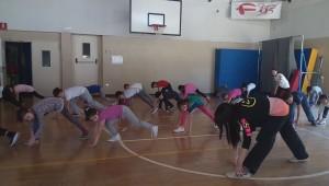 Acrobazie a suon di musica per i bambini di 2^ A durante le lezioni di Hip Hop
